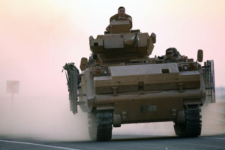 Soldados turcos en un vehículo artillado en el norte de Siria.