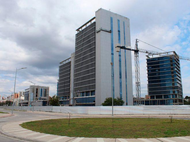 La construcción de las futuras oficinas del gobierno, en la zona del puerto de Asunción, está en etapa de culminación. No hay dinero para equiparlas y quieren usar lo que quedó pendiente de un préstamo para el metrobús.