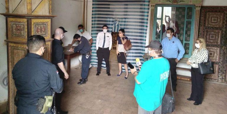 Los efectivos policiales labraron acta de las condiciones  en que  quedaba el templo  de Yaguarón luego del incidente.