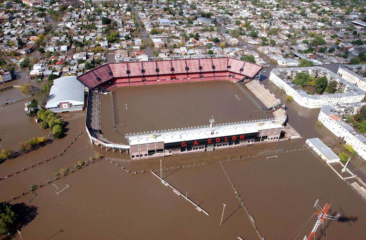 Télam Santa Fe 01 de Mayo de 2003. Vista aérea del estadio de Colón y los alrededores totalmente inundados.