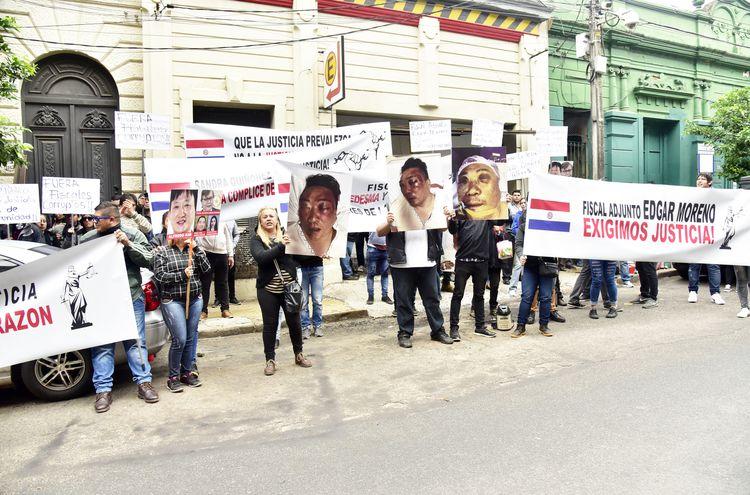 Amigos y familiares de Martín Choi frente a la Fiscalía General.