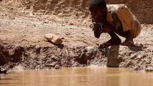 Un pequeño habitante de la región de Somalía se refresca en una reserva de agua. Imagen de archivo, EFE.