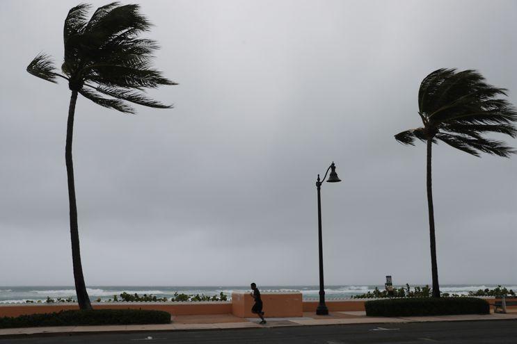 La tormenta se está extendiendo a lo largo de la costa este de Florida y las condiciones de tormenta tropical se extenderán hacia el norte a lo largo de las costas de Georgia y Carolina del Sur.