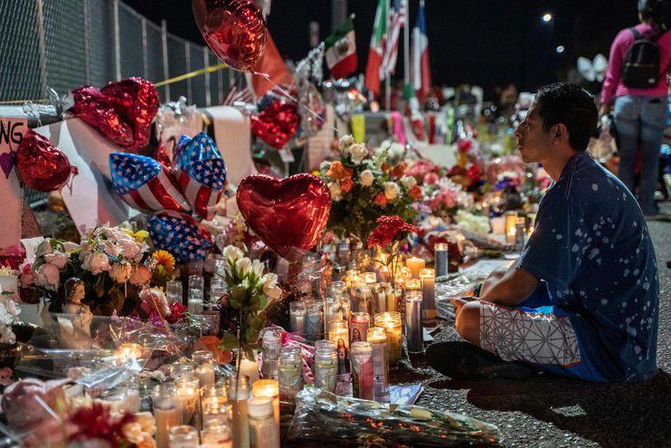 Un hombre se sienta frente a un memorial a las víctimas del tiroteo en El Paso, Texas.