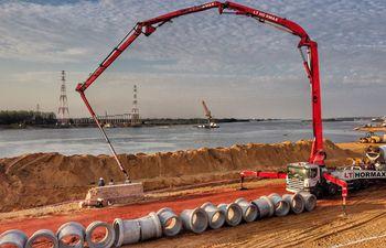 Obras del Parque Lineal II y de fondo la construcción del puente que unirá Asunción con Chaco'i.