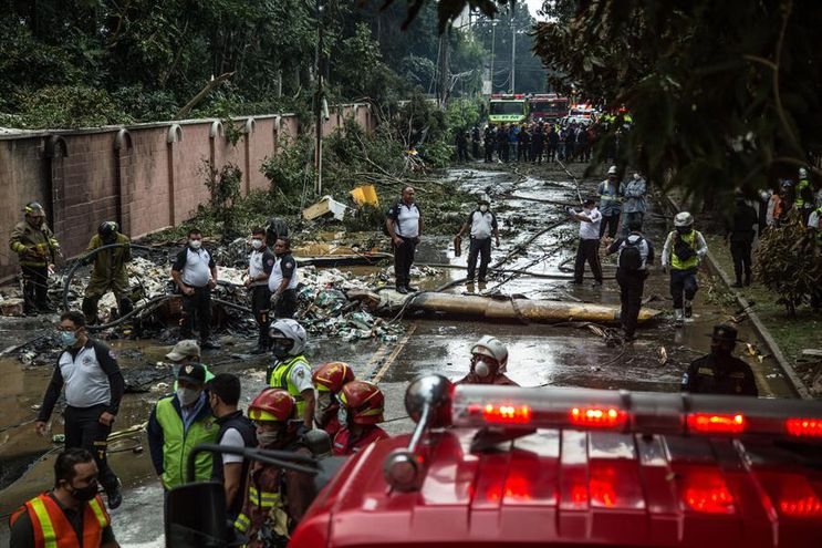 El cuerpo de bomberos atiende el accidente de una avioneta hoy en la Ciudad de Guatemala.