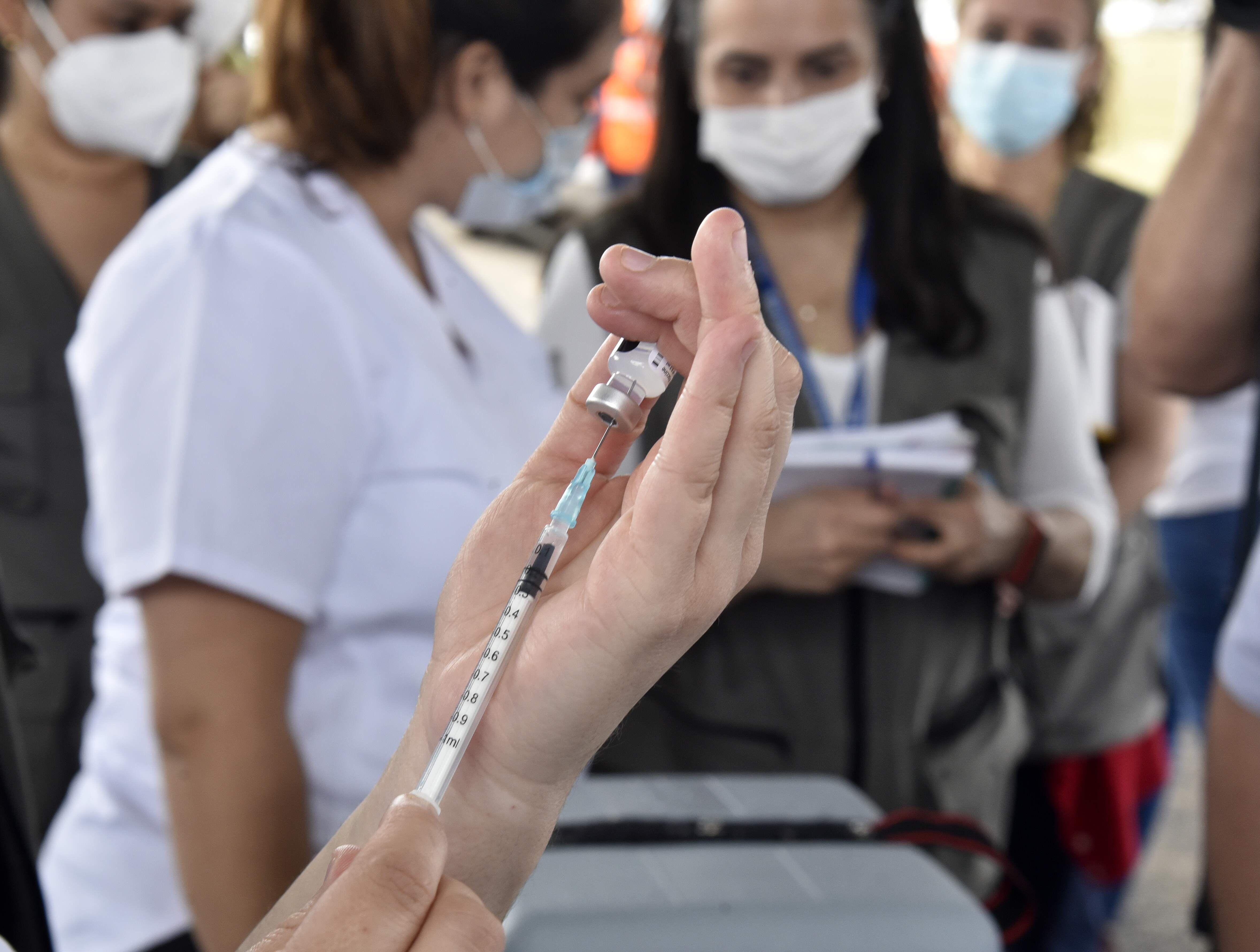 La vacunación desde el miércoles a personas de 20 años en adelante será según terminación de cédula.