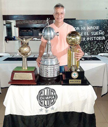"""""""Sama""""   con tres de los trofeos conquistados a nivel internacional con el Olimpia, entre ellos, la Copa   Libertadores."""