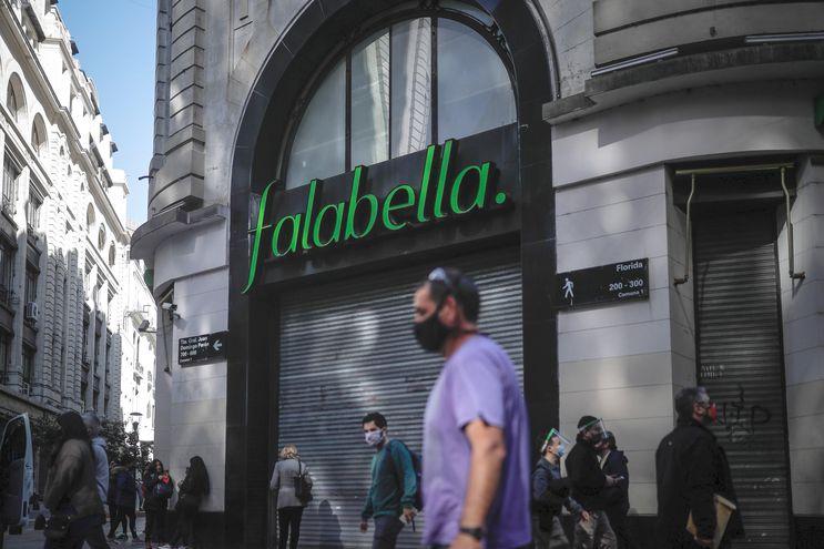 Calle céntrica de Buenos Aires. Diversas empresas han decidido cerrar sus puertas o limitar su actividad por la crisis en Argentina.