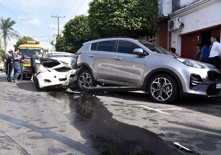 La forma en que quedaron los vehículos hace suponer que Saucedo circulaba en su Toyota Belta a una alta velocidad.