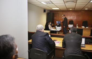 El juez Humberto Otazú da indicaciones a sus funcionarios, durante la audiencia preliminar realizada ayer, en el caso Imedic.