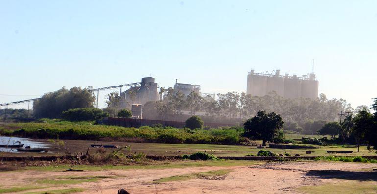 El polvo que se observa en esta fotografía llega a las familias de la zona y causa estragos incluso en la salud, alertan.