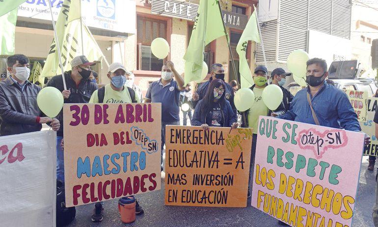 Miembros de Otep - SN fueron hasta el MEC para pedir que se declare emergencia educativa.