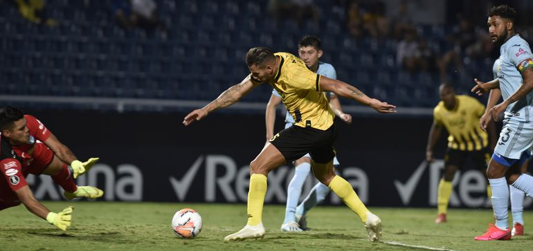 Raúl Bobadilla, delantero aborigen,  intenta una definición ante el arquero de Bolívar, Javier Rojas. El Aborigen se impuso 2-0 al cuadro boliviano por  Libertadores.