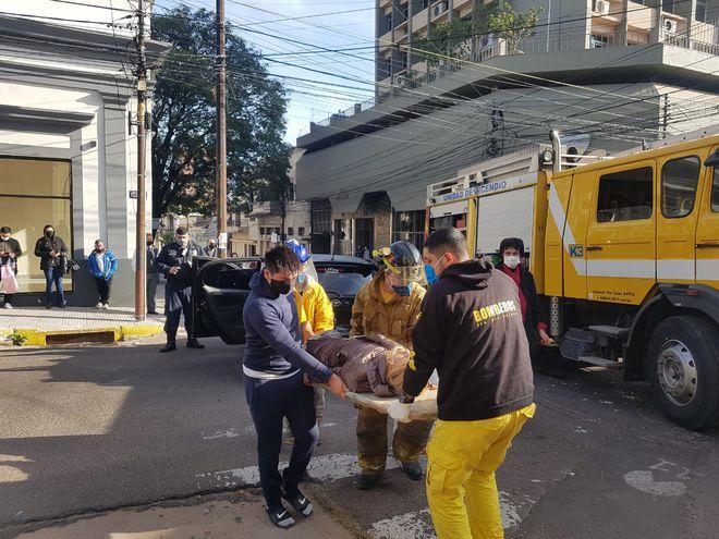 La víctima es asistida por bomberos