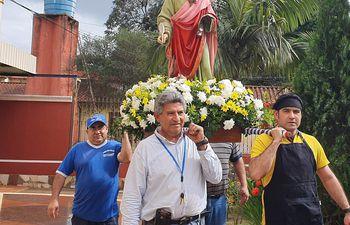 Los fieles de la parroquia San Lucas trasladan la imagen del santo patrono, tras ser acondicionado para la procesión vehicular de mañana.