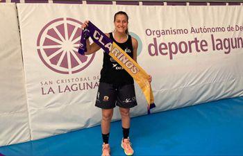 Paola Ferrari con el banderín de su siguiente club en España, el Tenerife. La paraguaya estará en la institución hasta que la releven.
