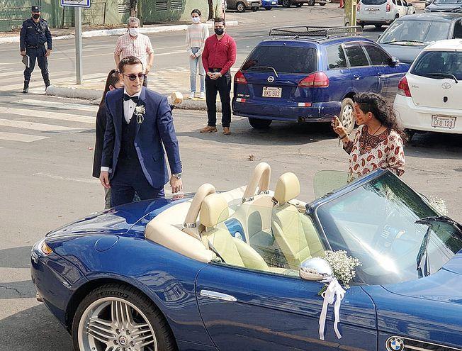Pasado el mediodía llegó el novio Patrick Enrique Bendlin en un cabriolet azul.