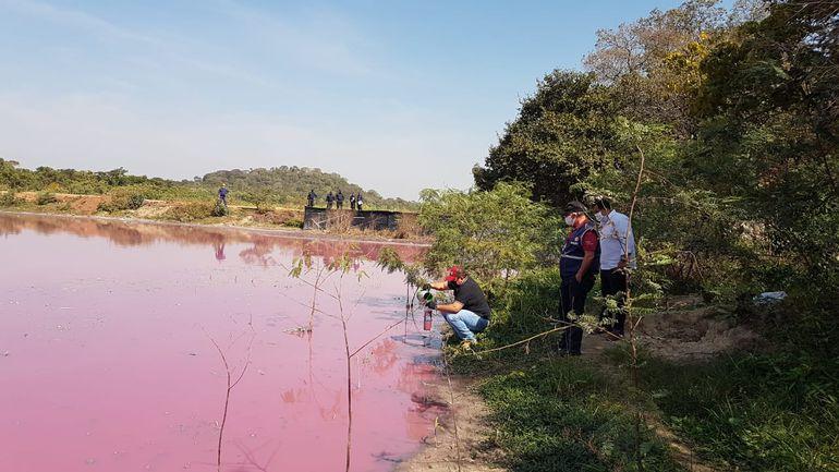Intervinientes del Ministerio del Ambiente y la Fiscalía toman muestras de la laguna Cerro.