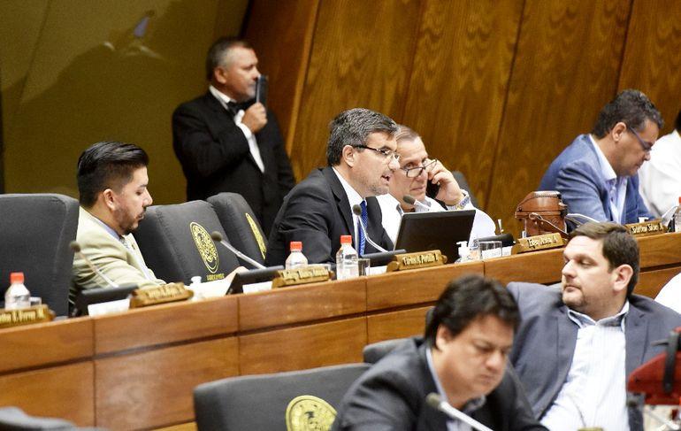 El diputado liberal  Édgar Acosta (c) propuso una distribución consensuada, que fue totalmente cambiada por sus pares.
