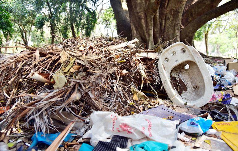 El Parque Caballero está plagado de minivertederos   ilegales, potenciales criaderos del mosquito transmisor del dengue.