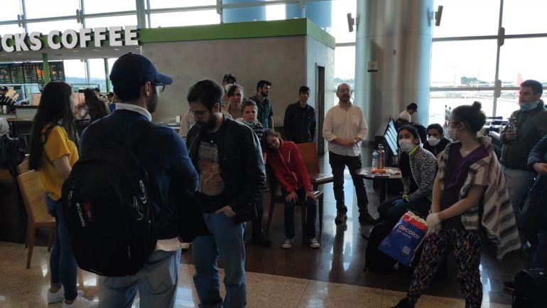Un grupo de paraguayos que quedó varado en el aeropuerto de Sao Paulo, Brasil, tras la cancelación del vuelo. Cancillería los asistió y ahora hacen cuarentena en Foz de Iguazú a la espera de poder volver a ingresar.