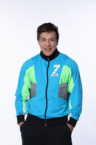 """El bailarín y coreógrafo colombiano Alberto """"Beto"""" Pérez, el creador de Zumba, que afirma a Efe que la principal razón de que esa forma de hacer ejercicio se haya extendido en 20 años por todo el mundo es que es """"fácil, divertida y efectiva"""" y, por si fuera poco, tiene música latina. Pérez, nacido en Cali (Colombia) hace 51 años, tuvo en su país natal la idea de transformar los gimnasios en pistas de baile para que las personas hicieran ejercicio al ritmo de salsa, cumbia o merengue y en 2001 la trajo a Miami."""