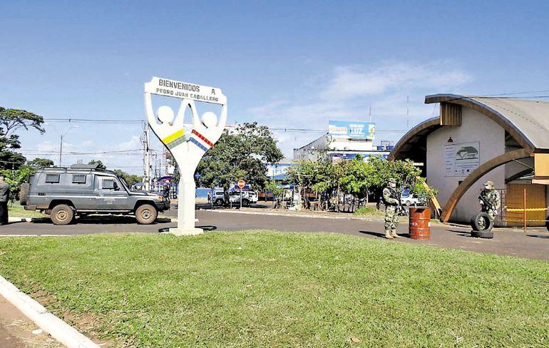 Militares custodian la línea fronteriza entre Brasil y Pedro Juan Caballero. La frontera fue reforzada en los últimos días.