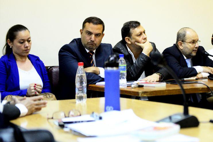 Gabriela Quintana y su defensor Andrés Casati, junto al exsenador Víctor Bogado y su abogado Oscar Germán Latorre. La Cámara dice que obstaculizaron el proceso en busca de la extinción.