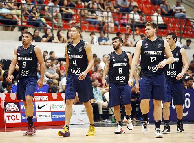 Ramón Sánchez (i), Junior Peralta, Édgar Riveros, Fernando Dose y Alejandro Peralta, en el juego anterior, contra Panamá en el Qualifiers 2022 de la AmeriCup de la Federación Internacional de Básquetbol (FIBA).