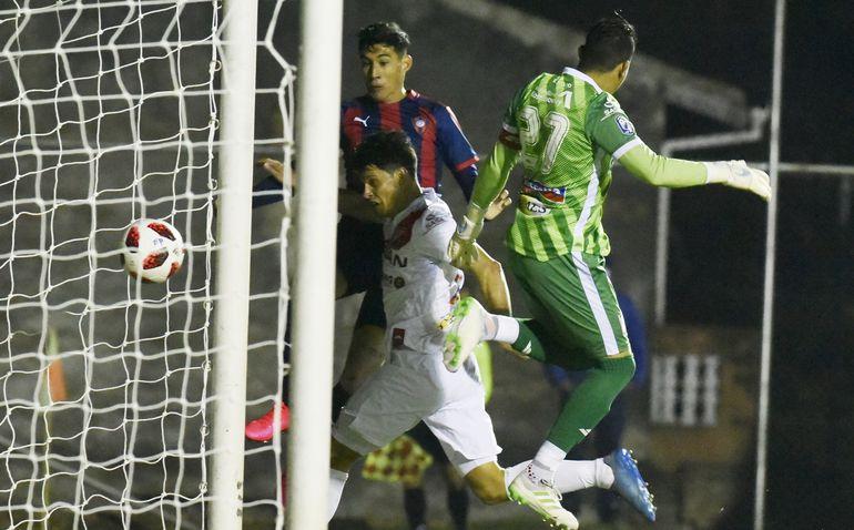 Enzo Giménez conecta el balón ante el error en la salida del arquero de River Plate, Pablo Gavilán. Así se abría el marcador en la victoria de Cerro Porteño en los Jardines del Kelito.