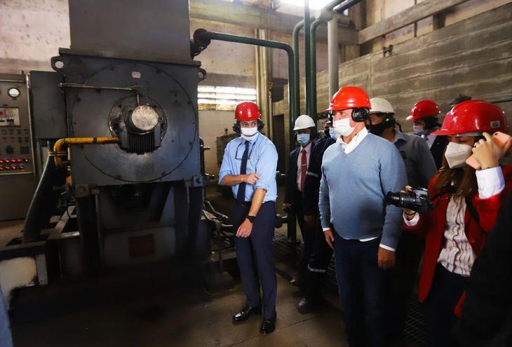 Abdo Benítez junto a operadores de la planta productora de oxígeno de Acepar.