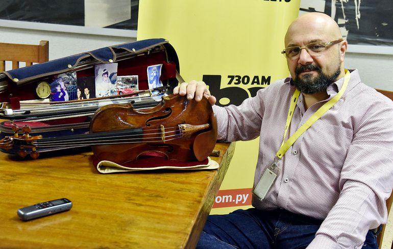 Las fotografías de su familia acompañan a Jorge Saade en el estuche de su violín. El músico ecuatoriano ha recorrido 47 países y tocado en importantes escenarios de todo el mundo.