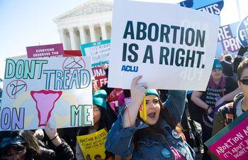 Manifestantes a favor del aborto legal protestan en Washington.