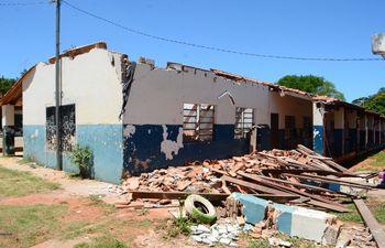 Desplome del techo del aula de la escuela Puerta del Sol, murallas agrietadas, vigas caídas