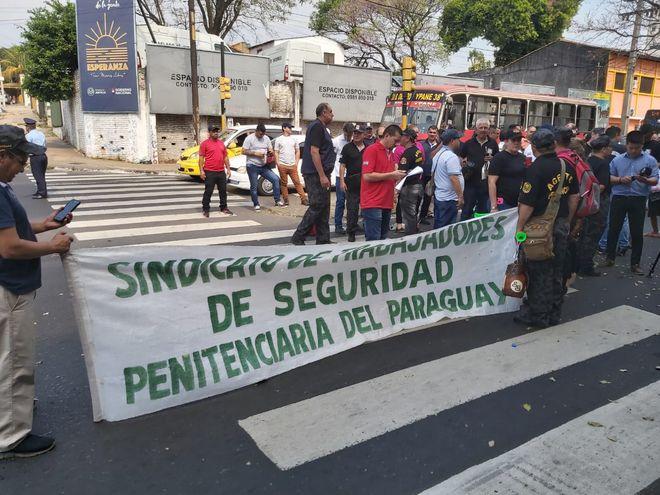 Agentes penitenciarios de varios penales del país cerraron este lunes de forma parcial la calle Rodríguez de Francia en su intersección con la avenida Estados Unidos para exigir un aumento salarial del 30% y otras mejoras laborales.