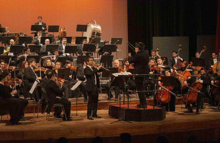 El oboísta uruguayo Federico Curti junto a la Orquesta Sinfónica de la Ciudad de Asunción, bajo la dirección de Thomas Herzog.