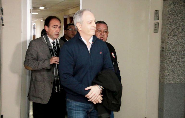 Justo Cárdenas acompañado de su abogado Rodolfo Gubetich abandonó ayer el Poder Judicial para ir a su domicilio a cumplir con el arresto que le impusieron.