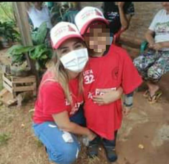 Patricia Corvalán con un niño durante campaña.
