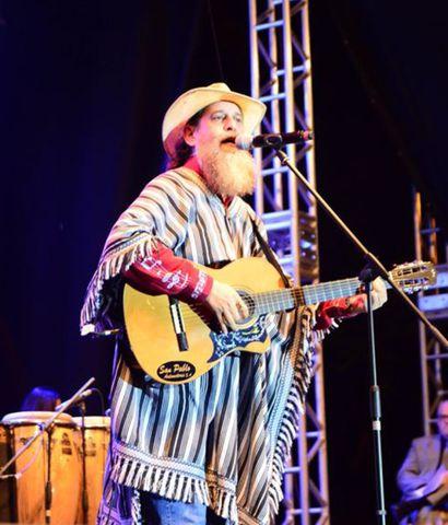 El juglar guaraní Francisco Russo interpretó con su peculiar estilo diversos temas tradicionales de Paraguay.