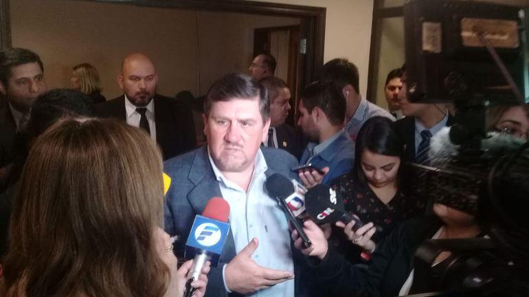Blas Llano conversando con los medios hoy en el Senado.