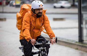 Sayed Sadaat, exministro de Comunicaciones en Afganistán pedalea su bicicleta de repartidor en Leipzig, Alemania.