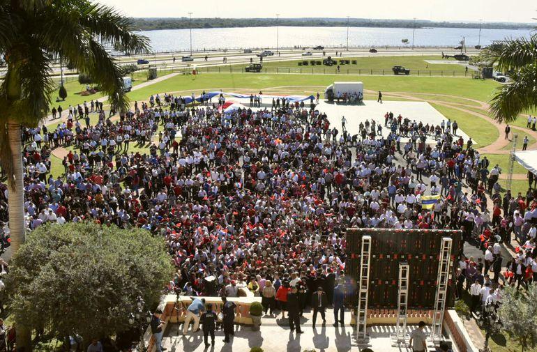 Mientras Abdo daba su insulso discurso en el Palacio de Gobierno, los hurreros, en su mayoría funcionarios públicos, seguían sus palabras en una pantalla gigante, al aire libre.