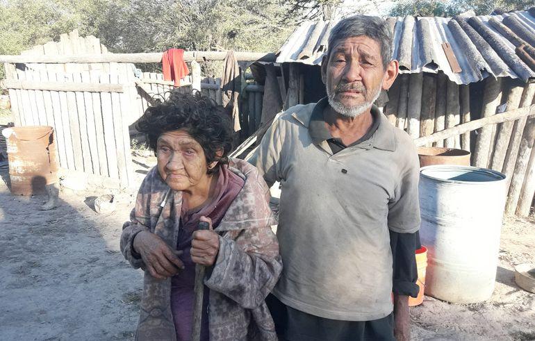 Domingo Rodríguez y María Mieres frente a la choza de postes de palma que habitan en la comunidad de San Carlos. Sus vecinos piden que se los ayude a mejorar sus condiciones de vida.