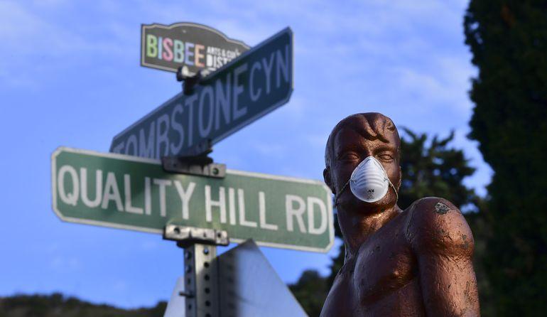Una estatua con una mascarilla en Bisbee, Arizona (EE.UU.).