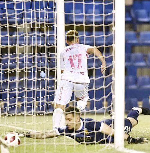 Infructuoso intento de Gaspar Servio para evitar el tanto de Nildo Arturo  Viera (27 años), quien acumula seis tantos en 19 partidos con la casaca solense.