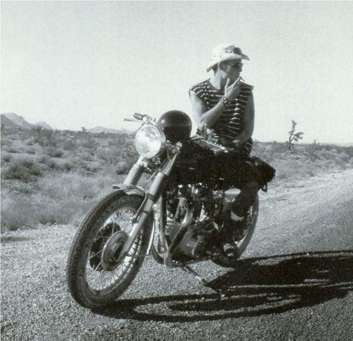 Hunter S. Thompson como centauro motorizado en la carretera con su BSA A65 Lightning. Año 1967.