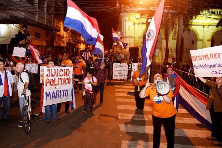 Una de las numerosas  manifesta- ciones ciudadanas para exigir el juicio político contra el presidente Mario Abdo Benítez por el caso Itaipú.