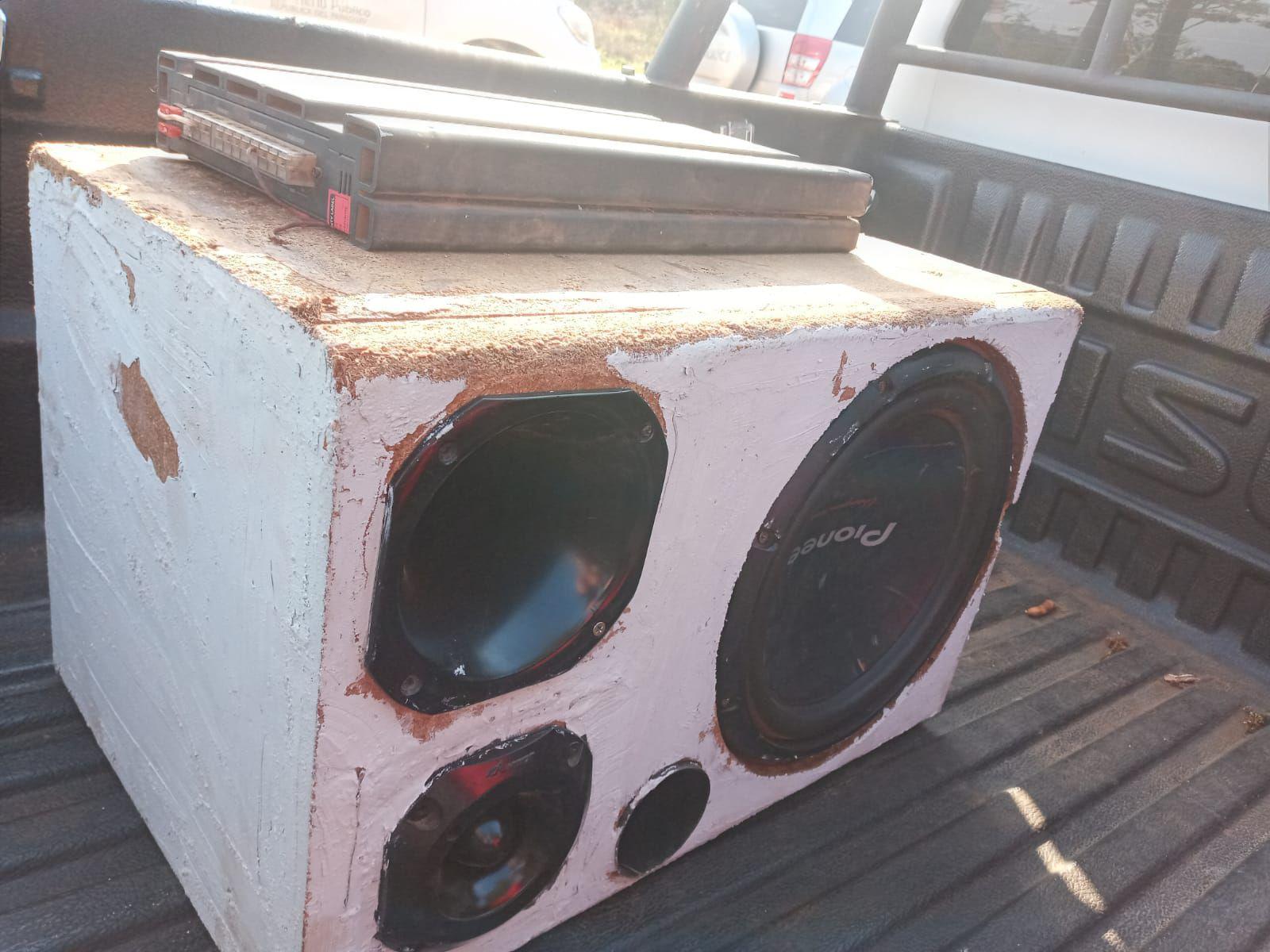 La caja acústica, el amplificador y otros objetos que fueron recuperados.