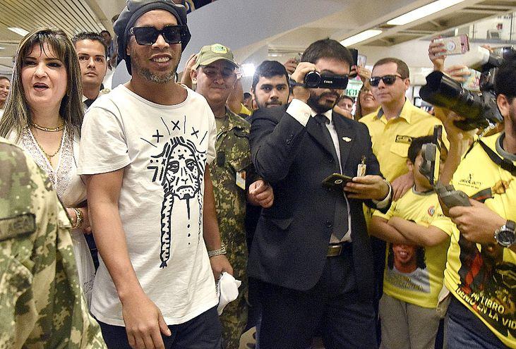Ronaldinho, cuando ingresó a Paraguay por el aeropuerto Silvio Pettirossi.